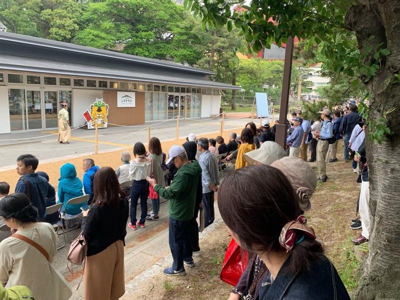 小倉城の流鏑馬を見に大勢集まった観客