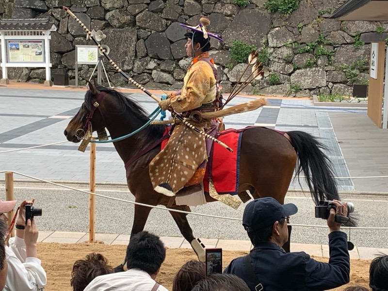 流鏑馬の馬は歩く姿も優雅です