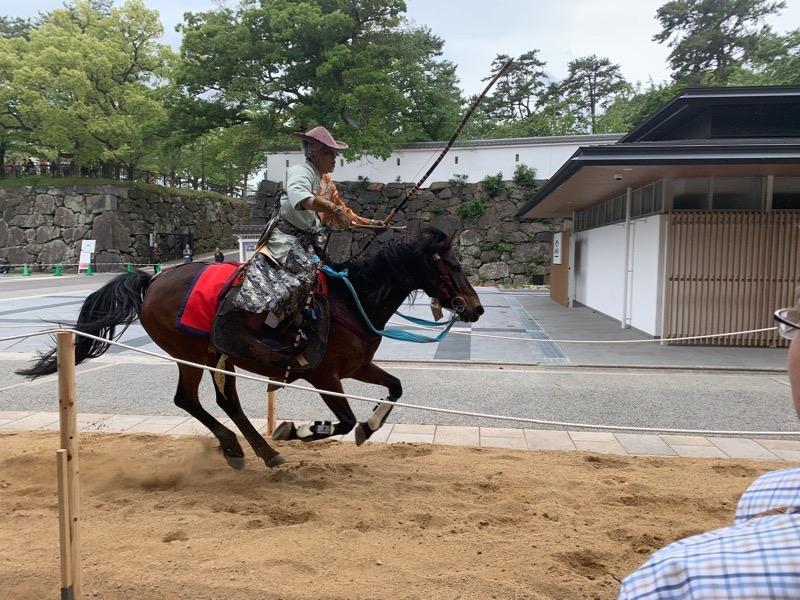目の前の特設馬場で行われた流鏑馬