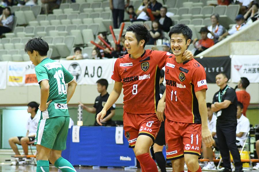 肩を組んで喜ぶ米村尚也選手(左)と小林謙太選手