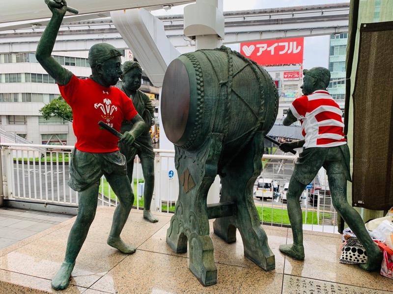 小倉駅南口の祇園太鼓像もユニフォーム着用