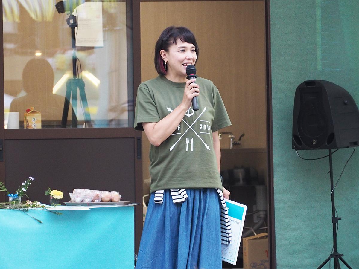 「シェフ's ライブキッチン」の進行を務めるフリーアナウンサーの西口久美子さん
