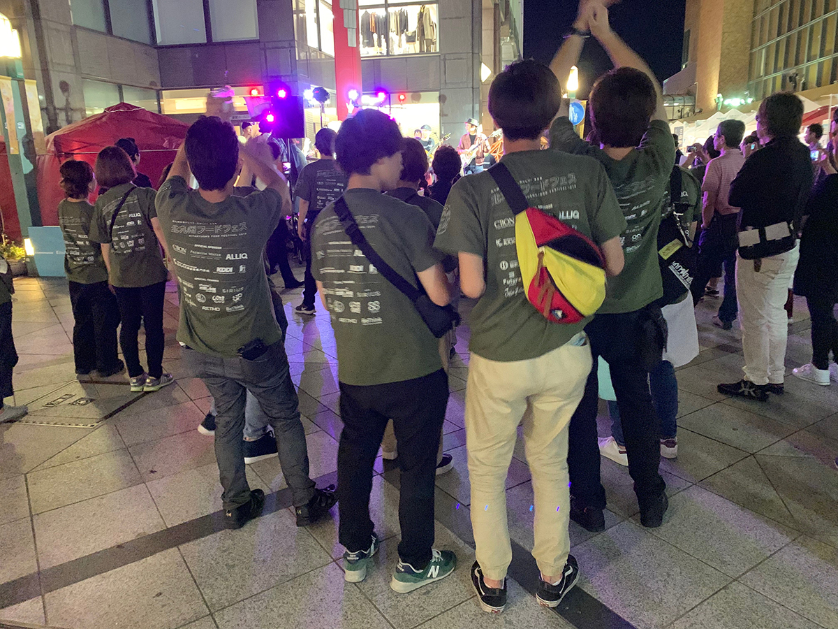 ミリオンロッカーズのライブで踊るボランティアスタッフ