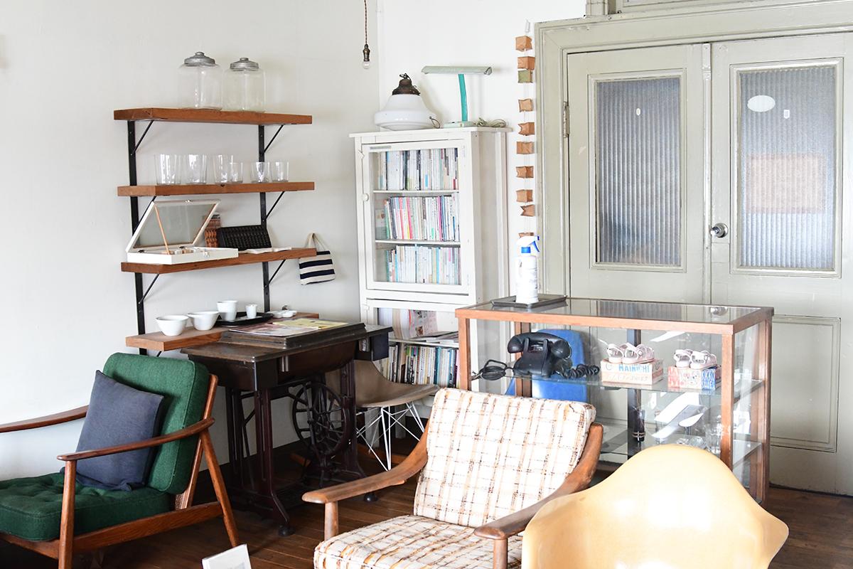 アサカフェ店内。アンティークの家具が並びます